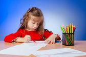 Kleines mädchen zeichnen mit bleistiften — Stockfoto