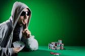 человек играет в казино — Стоковое фото