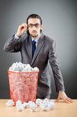 Homem com um monte de papel desperdiçado — Foto Stock