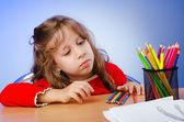 Klein meisje tekenen met potloden — Stockfoto