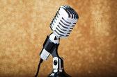 Antigo microfone vintage em fundo — Fotografia Stock