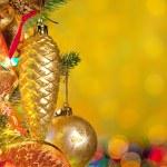 Abeto de Navidad con luces de colores y decoraciones — Foto de Stock