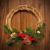 De kroon van kerstmis op de deur — Stockfoto