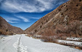 Volumetric landscape of mountains. Snowy trail — Стоковое фото