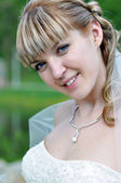 Beautiful bride in wedding dress — Stockfoto