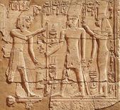 Dios y faraón en la pared del templo de edfú, egipto — Foto de Stock