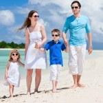 Happy family on tropical vacation — Stock Photo