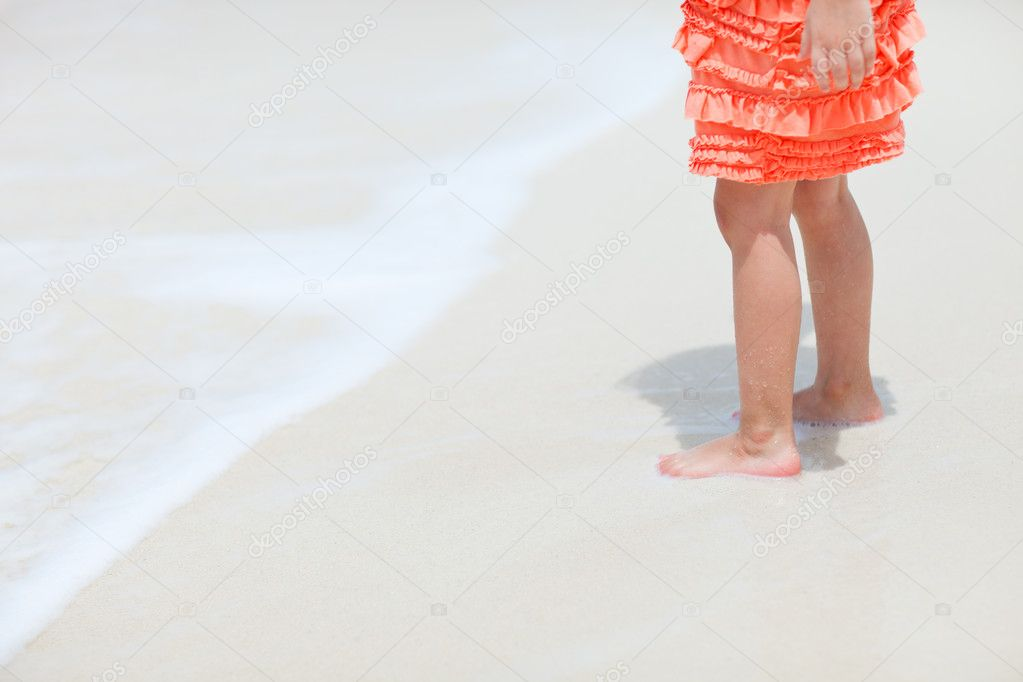 Little girl at tropical beach close up on legs — Stock Photo #10557669