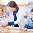 Family baking cookies — Stockfoto