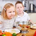 Two kids eating spaghetti — Stock Photo