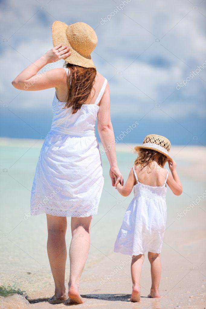 Фото с пляжей мам и дочек 22 фотография