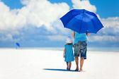 Padre e figlia a piedi alla spiaggia — Foto Stock