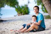 Padre e figlio in spiaggia — Foto Stock