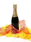 шампанское и лепестки роз — Стоковое фото