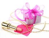 Caja con un regalo y lápiz labial — Foto de Stock