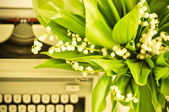Typewriter and flowers — Stock Photo