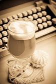 Latte with marshmallows and type-writer — Stock Photo