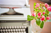Roses and old type-writer — Stock Photo