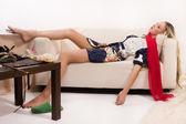 性的なきれいな女の子ソファに横になっています。 — ストック写真