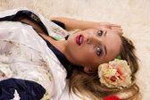 Bella ragazza sdraiata sul pavimento — Foto Stock