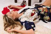 Sexuální hezká dívka leží na podlaze — Stock fotografie