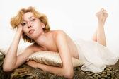 Sexy krásná žena ležící na pohovce — Stock fotografie