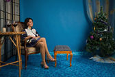Mooie vrouw n de woonkamer — Stockfoto