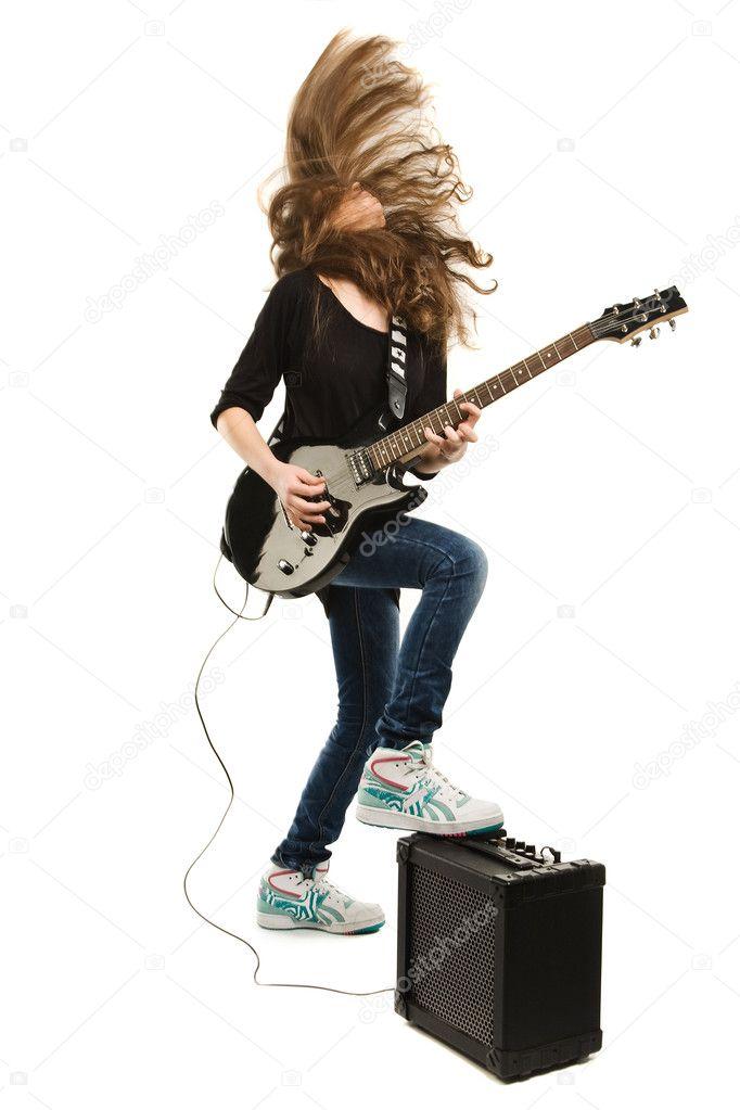 十几岁的女孩弹吉他