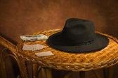 テーブルの上の火かき棒カード、黒い帽子 — ストック写真