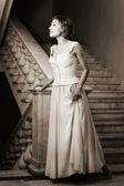 Mooie vrouw over vintage achtergrond — Stockfoto