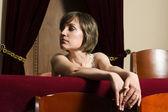 Krásná žena operní sál pozadí — Stock fotografie