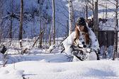 Sniper meisje in witte camouflage bij winter forest. — Stockfoto