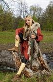北欧海盗女孩用木材中的剑 — 图库照片