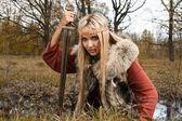 Garota viking com espada em uma madeira de nevoeiro — Foto Stock