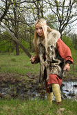 Vikinga con la espada de madera — Foto de Stock