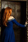 Jovem mulher na porta aberta de vestido renascentista — Fotografia Stock