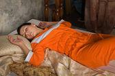 Morena durmiendo en una habitación de lujo — Foto de Stock