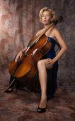 Aantrekkelijke vrouw in avondjurk met cello — Stockfoto