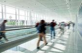 人群中匆匆在机场 — 图库照片