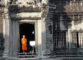 Buddhist monk posing for photographers in Angkor Wat temple — Stock Photo