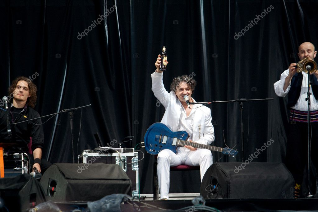 "Lviv - May 22: Goran Bregovic drinks beer at stage on ""Stare Misto"" festival, 22 May 2010, Lviv, Ukraine — Foto Stock #10455037"