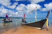 Dlouhé thajské lodi na písčité pláži — Stock fotografie