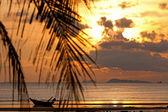 日落,船在海中 — 图库照片