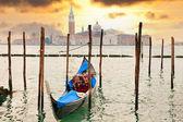 гондола на закате пьер вблизи в венеции, италия — Стоковое фото