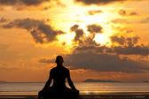 Silueta de hombre haciendo ejercicio de yoga — Foto de Stock