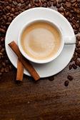 šálek kávy se skořicí — Stock fotografie