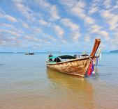 Un natif de bateau longtail — Photo