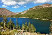 Lake Tioga on pass in an environment of picturesque mountains. W — Stock Photo