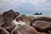 Klipporna och lugnt hav — Stockfoto