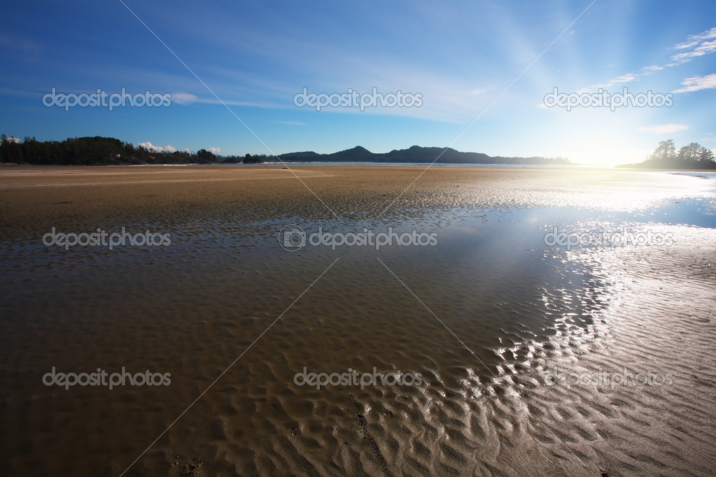 Pacific coast of Vancouver Island at sunset. Low tide exposes the wet sand — Stock Photo #10349811